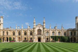 جامعة كامبردج تنقل جميع محاضراتها عبر الإنترنت